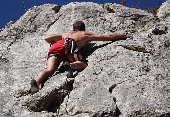 Top 10 Most Dangerous Sports in the World - Mountain climbing