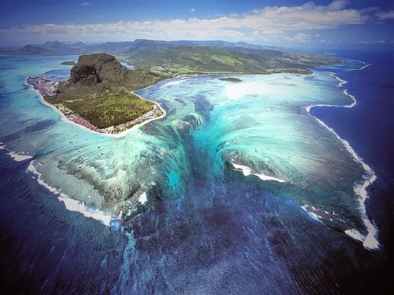 "THIS "" UNDERWATER WATERFALL "" IS ABSOLUTELY STUNNING!"